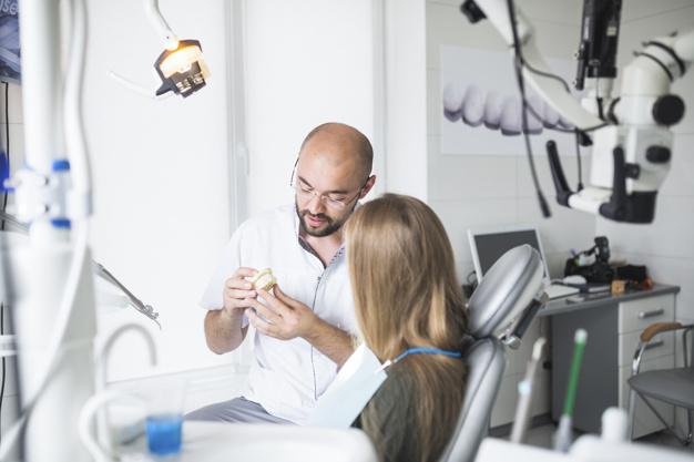 dentista con impresión dental