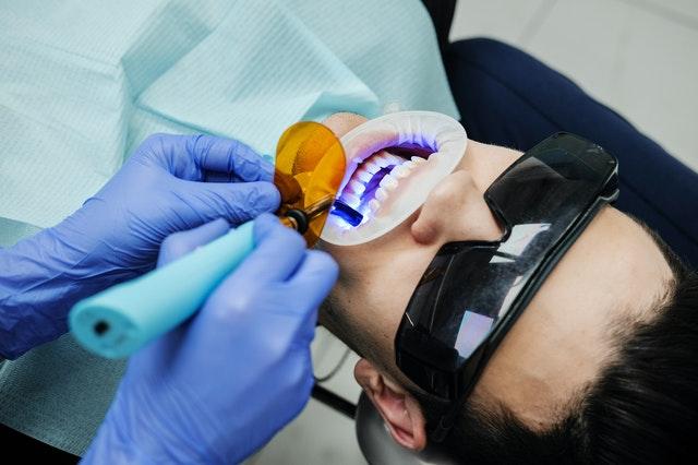 adhesivos dentales en pacientes